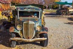 Camion di Front Of Antique Rusted Dump immagini stock libere da diritti