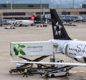 Camion di Gate Gourmet ad un Airbus di Star Alliance nello Zuric fotografia stock libera da diritti