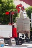 Camion di immondizia che raccoglie i bidoni della spazzatura Fotografie Stock