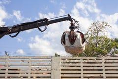 Camion di immondizia con idraulico manuale Artigli della testina mobile meccanica Immagini Stock Libere da Diritti