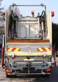 Camion di immondizia durante il servizio solido della raccolta dei rifiuti in Immagine Stock Libera da Diritti