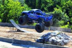 Camion di mostro di evoluzione di Overkilll che salta sopra le automobili fotografie stock libere da diritti