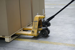 Camion di pallet con i contenitori di scatola Fotografia Stock