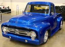 Camion di raccolta blu di Ford dell'oggetto d'antiquariato di stato della sala d'esposizione Immagine Stock Libera da Diritti
