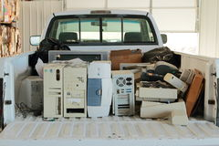 Camion di raccolta riempito di E-spreco Fotografia Stock Libera da Diritti