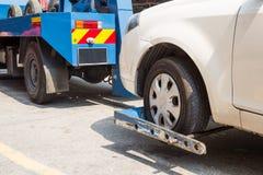 Camion di rimorchio che rimorchia un'automobile ripartita Immagine Stock Libera da Diritti