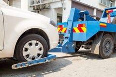 Camion di rimorchio che rimorchia un'automobile ripartita Fotografie Stock Libere da Diritti