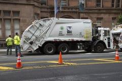 Camion di risanamento per la raccolta dei rifiuti NYC Fotografia Stock Libera da Diritti