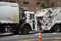 Camion di risanamento per la raccolta dei rifiuti NYC Immagine Stock