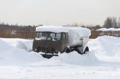 Camion di serbatoio sotto neve Fotografia Stock Libera da Diritti