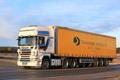 Camion di trasporto dei semi di Scania R560 sulla strada Immagini Stock Libere da Diritti