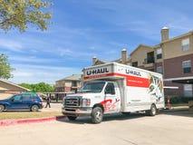 Camion di U-HAUL al complesso di costruzione dell'appartamento nel Texas, America fotografie stock libere da diritti