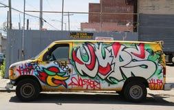 Camion dipinto con i graffiti a Williamsburg orientale a Brooklyn Immagini Stock Libere da Diritti