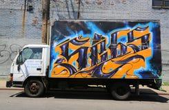 Camion dipinto con i graffiti a Williamsburg orientale a Brooklyn Immagine Stock
