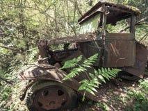 Camion du vintage 1930 abandonné dans la forêt Photos libres de droits