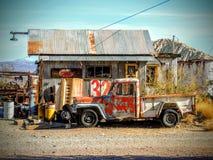 Camion e costruzione abbandonati Fotografia Stock Libera da Diritti