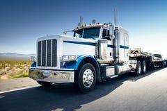 Camion e strada principale al giorno - fondo del trasporto Immagine Stock Libera da Diritti