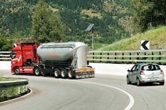 Camion ed automobile sulla strada Visp in svizzero Immagine Stock