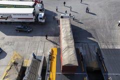 Camion ed automobili che scendono dal traghetto che viene a Pireo, Grecia Immagine Stock