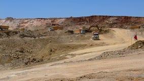 Camion ed escavatori che funzionano in una carriera video d archivio