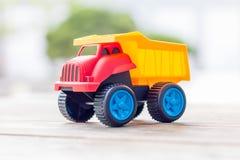 Camion en plastique de jouet sur un fond en bois image libre de droits