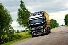 Camion enorme sulla strada Immagine Stock