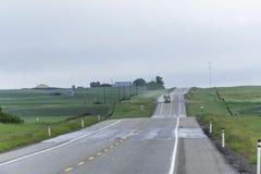 Camion entraînant une réduction la route pendant les précipitations images stock