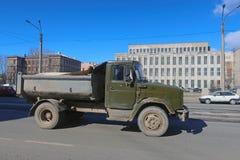 Camion entraînant une réduction la rue photographie stock libre de droits