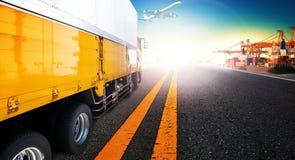 Camion et bateau de récipient dans l'importation, port de port d'exportation avec la cargaison Photographie stock libre de droits