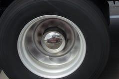 Camion et campeur reflétés dans un enjoliveur Images libres de droits