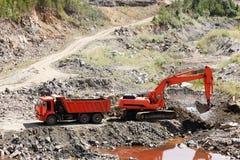 Camion et excavatrice à benne basculante Photos stock
