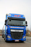 Camion et remorque bleus de l'euro 6 de la DAF XF Photo stock