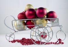 Camion fabuleux avec des jouets de Noël photos stock
