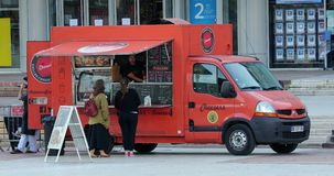Camion francesi dell'alimento fuori a Parigi Francia archivi video
