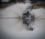 Camion fuori dall'acqua dello spruzzo della strada Fotografia Stock Libera da Diritti