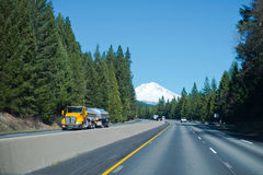 Camion giallo cromo dei semi con i carri armati brillanti dell'acciaio inossidabile a tur Fotografia Stock
