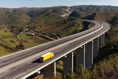 Camion giallo in ponticello Fotografia Stock Libera da Diritti