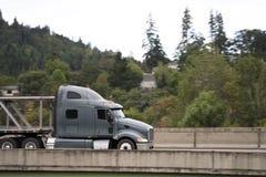 Camion grigio dei semi dell'impianto di perforazione del nuovo cofano classico grande con funzionamento del letto piano fotografia stock libera da diritti