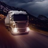 Camion gris sur la route photographie stock libre de droits