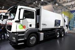Camion hybride de ramassage d'ordures d'HOMME photographie stock libre de droits