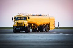 Camion jaune de refueler d'aéroport photo stock