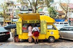 Camion jaune vietnamien de nourriture avec des clients sur la rue à Hanoï, Vietnam Images libres de droits
