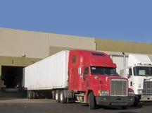 Camion livrant à l'entrepôt Photos stock