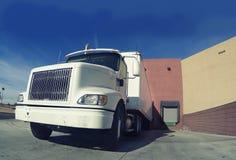 Camion livrant à l'entrepôt image libre de droits