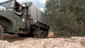 Camion militare americano della seconda guerra mondiale fuori dalla strada stock footage