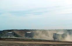 Camion militari nel campo, esercito russo Fotografia Stock