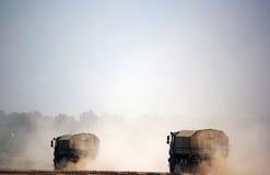 Camion militari nel campo, esercito russo Immagini Stock Libere da Diritti