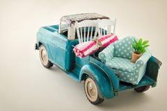 Camion mobile emballé avec des meubles images libres de droits