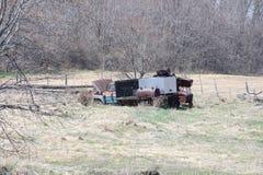 Camion modifié vieux par véhicule abandonné dans le domaine Image stock