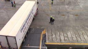 Camion montant dans le ferry-boat banque de vidéos